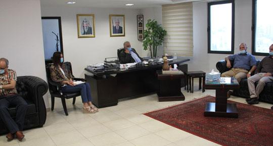 خلال لقائه بلدية يطا ... م. غنيم: الوضع المائي في الجنوب صعب وهناك خطوات عملية لتحسين الوضع فيها