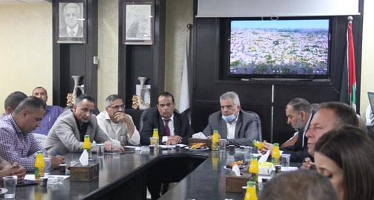 خلال جولته في مدينة يطا ... م. غنيم: الجهود مستمرة لتحسين الوضع المائي