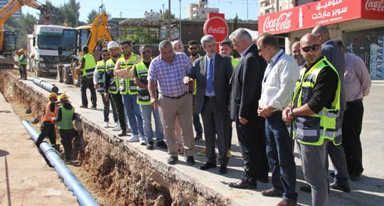 يساهم في تحسين توزيع خدمات المياه .. الوزير غنيم يطلع على سير العمل في  مشروع إنشاء الارسال - ابو قش
