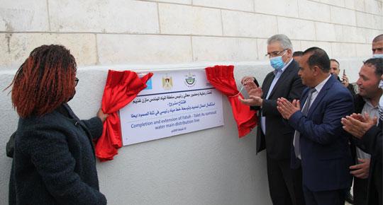 الوزير غنيم يفتتح مشروع استكمال اعمال تمديد وتوسعة خط مياه رئيس في تلة الصمود - يطا