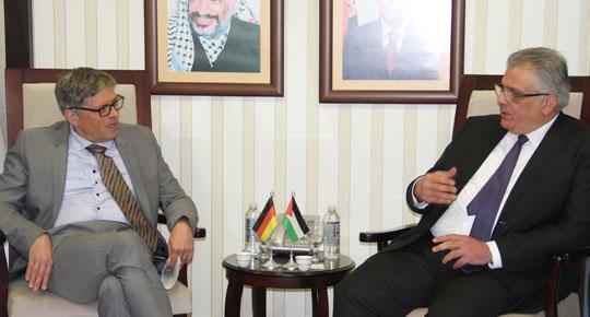 ألمانيا تعلن نيتها دعم برنامج محطة التحلية المركزية في غزة ... خلال اجتماع م.غنيم مع الممثل الألماني كريمير