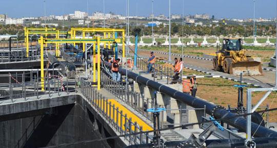 مستقبلًا نائب رئيس الوزراء الأيرلندي ... الوزير غنيم يصل إلى غزة لتفقد مشاريع المياه والصرف الصحي